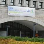 GIS päeva bänner Rahvusraamatukogu fassaadil