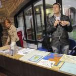 Jakob Rosin tutvustamas reljeefseid kaarte, mida kasutatakse pimedate õpilaste õpetamisel